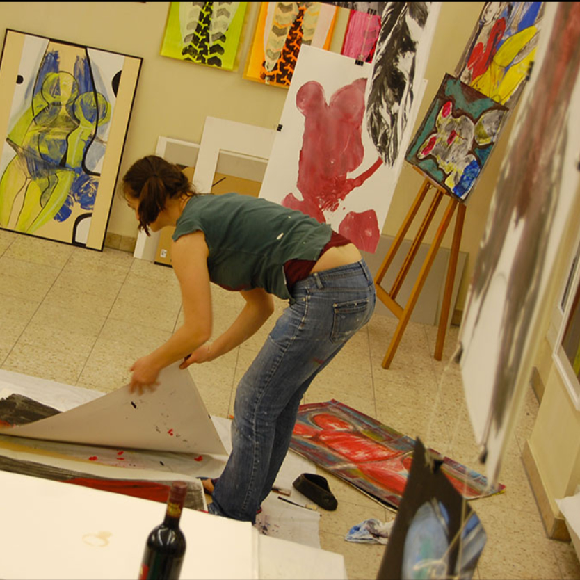 Tanja Stockhammer bei der Arbeit in ihrem Künstleratelier. Sie ist Teilnehmerin des Kunstprojekts #kuico.